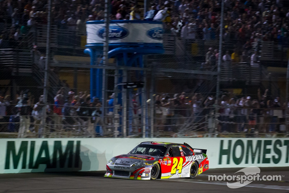 Jeff Gordon, Hendrick Motorsports Chevrolet takes the checkered flag to win the race