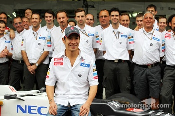 Kamui Kobayashi, Sauber in a team photograph