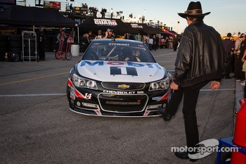 Richard Petty has fun by trying to stop Tony Stewart, Stewart-Haas Racing Chevrolet