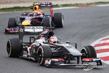 Nico Hulkenberg, Sauber C32 leads Mark Webber, Red Bull Racing RB9