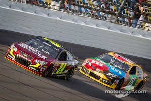 Jeff Gordon, Hendrick Motorsports Chevrolet and Kyle Busch, Joe Gibbs Racing Toyota
