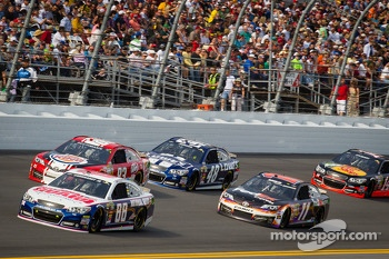 Dale Earnhardt Jr., Hendrick Motorsports Chevrolet leads a group of cars