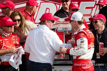 Victory lane: race winner Kevin Harvick, Richard Childress Racing Chevrolet celebrates with Richard Childress
