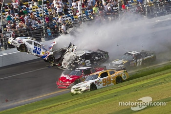 Last lap crash: Kyle Larson and Brian Scott crash