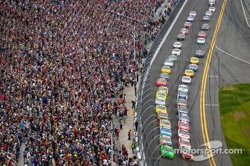 Start: Danica Patrick, Stewart-Haas Racing Chevrolet and Jeff Gordon, Hendrick Motorsports Chevrolet lead the field to the green flag