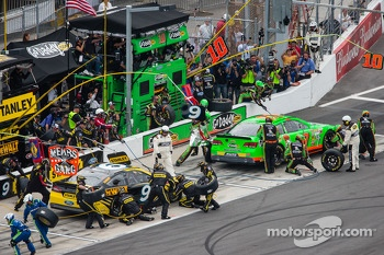 Pit stop for Danica Patrick, Stewart-Haas Racing Chevrolet and Marcos Ambrose, Richard Petty Motorsports Ford