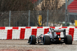 Esteban Gutierrez, Sauber C32 runs wide