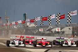 Start: Jack Hawksworth, Schmidt Peterson Motorsports overtakes Carlos Munoz, Andretti Autosport