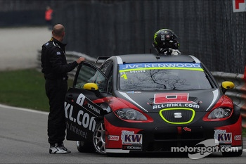Robert Huff, SEAT Leon WTCC, ALL-INKL.COM Munnich Motorsport after crash