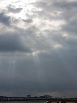 Silverstone com nuvens pesadas