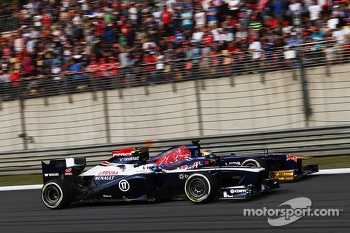 Valtteri Bottas, Williams FW35 and Jean-Eric Vergne, Scuderia Toro Rosso STR8 battle for position