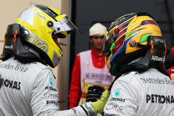 (L to R): Nico Rosberg, Mercedes AMG F1 celebrates his pole position in parc ferme with team mate Lewis Hamilton, Mercedes AMG F1