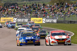 Gordon Shedden and Andrew Jordan lead the start of race 1