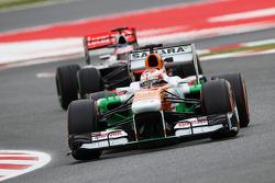 Paul di Resta, Sahara Force India leads Jenson Button, McLaren