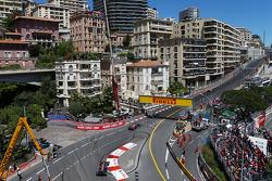 Lewis Hamilton, Mercedes AMG F1 W04 leads Sebastian Vettel, Red Bull Racing RB9 and Mark Webber, Red Bull Racing RB9
