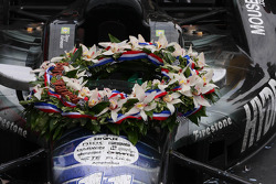 The wreath on Tony Kanaan's car