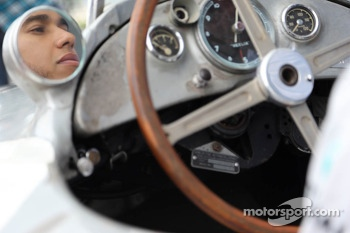 Lewis Hamilton tries out Stirling Moss's old Mercedes