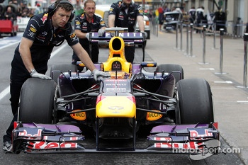 Red Bull Racing RB9 heads to scrutineering