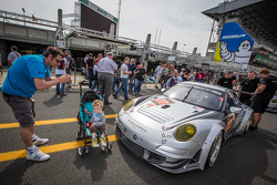 #77 Dempsey Racing - Proton Porsche 911 GT3-RSR and a young fan