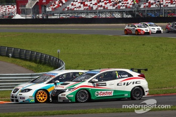 Pepe Oriola, SEAT Leon WTCC, Tuenti Racing and Gabriele Tarquini, Honda Civic, Honda Racing Team J.A.S