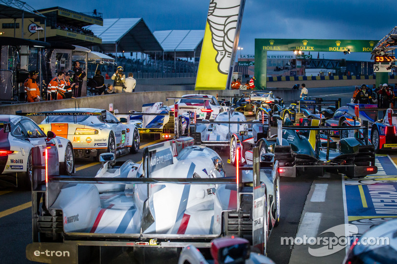 Rush hour on pitlane at the start of the session