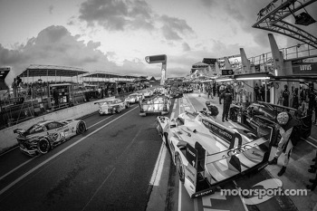 Rush hour on pitlane at the start of the session: #2 Audi Sport Team Joest Audi R18 e-tron quattro: Tom Kristensen, Allan McNish, Loic Duval