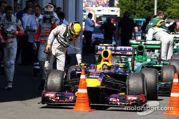Lewis Hamilton, Mercedes AMG F1 looks at the Red Bull Racing RB9 of Mark Webber, Red Bull Racing in parc ferme