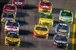 Marcos Ambrose, Richard Petty Motorsports Ford and Kurt Busch, Furniture Row Racing Chevrolet lead a group of cars