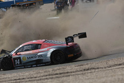 Crash for the #14 Novadriver Audi R8 LMS ultra: Cesar Campanico, Carlos Viera