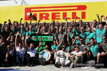 Race winner Lewis Hamilton, Mercedes AMG F1 celebrates with the team