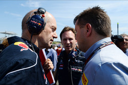 (L to R): Adrian Newey, Red Bull Racing Chief Technical Officer with Christian Horner, Red Bull Racing Team Principal and Paul Hembery, Pirelli Motorsport Director on the grid