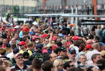 Pitwalk about. Fans.