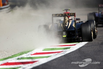 Romain Grosjean, Lotus F1 E21 runs wide