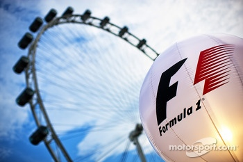 F1 lighting balloon in the paddock and the Singapore Flyer
