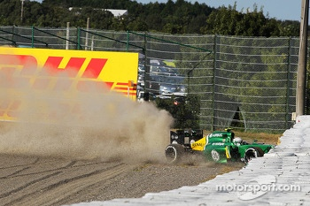 Giedo van der Garde, Caterham CT03 crashes out at the start of the race