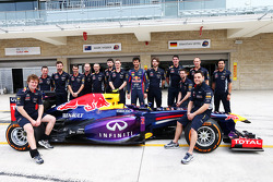 Mark Webber, Red Bull Racing with his team at a team photograph