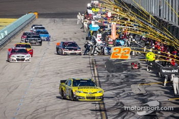 Matt Kenseth, Joe Gibbs Racing Toyota leads the field on pitlane