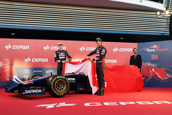 (L to R): Daniil Kvyat, Scuderia Toro Rosso and team mate Jean-Eric Vergne, Scuderia Toro Rosso unveil the new Scuderia Toro Rosso STR9
