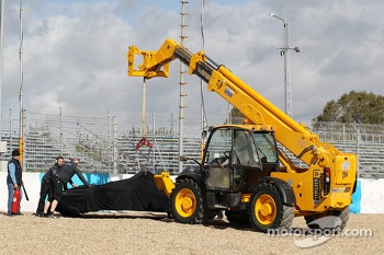 The Mercedes AMG F1 W05 of Lewis Hamilton, Mercedes AMG F1 is craned away after he crashed at the first corner