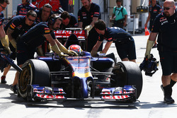 Daniil Kvyat, Scuderia Toro Rosso STR9 in the pits