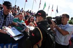 Pastor Maldonado, Lotus F1 Team signs autographs for the fans
