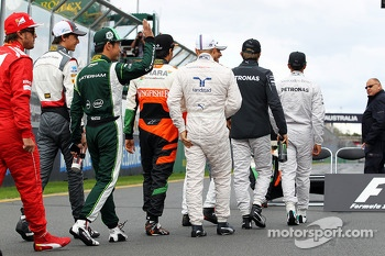 Kamui Kobayashi, Caterham waves to the crowd at the drivers group photograph