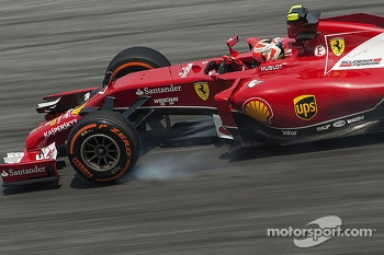 Kimi Raikkonen, Ferrari F14-T locks up under braking