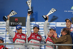 Podium: second place Lucas di Grassi, Loic Duval, Tom Kristensen