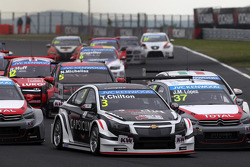 Tom Chilton, Chevrolet RML Cruze TC1, ROAL Motorsport and Jose Maria Lopez, Citroen C-Elysee WTCC, Citroen Total WTCC