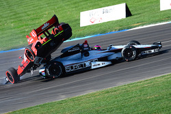 Martin Plowman, A.J. Foyt Enterprises Honda and Franck Montagny, Andretti Autosport Honda collide
