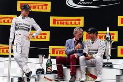 Podium: Eddie Jordan with race winner Lewis Hamilton, second place Nico Rosberg, third place Daniel Ricciardo
