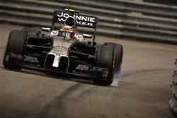 Kevin Magnussen, McLaren MP4-29 locks up under braking