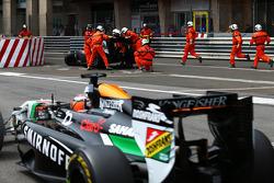 Nico Hulkenberg, Sahara Force India F1 VJM07 passes the crashed Sauber C33 of Adrian Sutil, Sauber