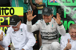 Race winner Nico Rosberg, Mercedes AMG F1 celebrates with the team
